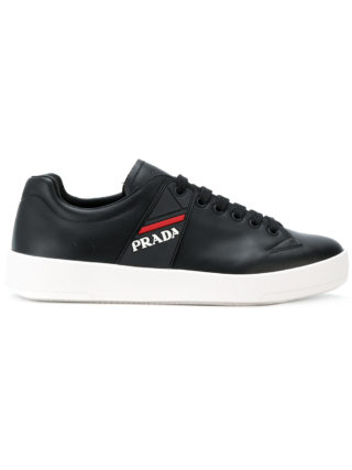 Prada low-top logo sneakers (zwart)